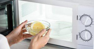 ¿Por qué debes limpiar el microondas de tu casa?