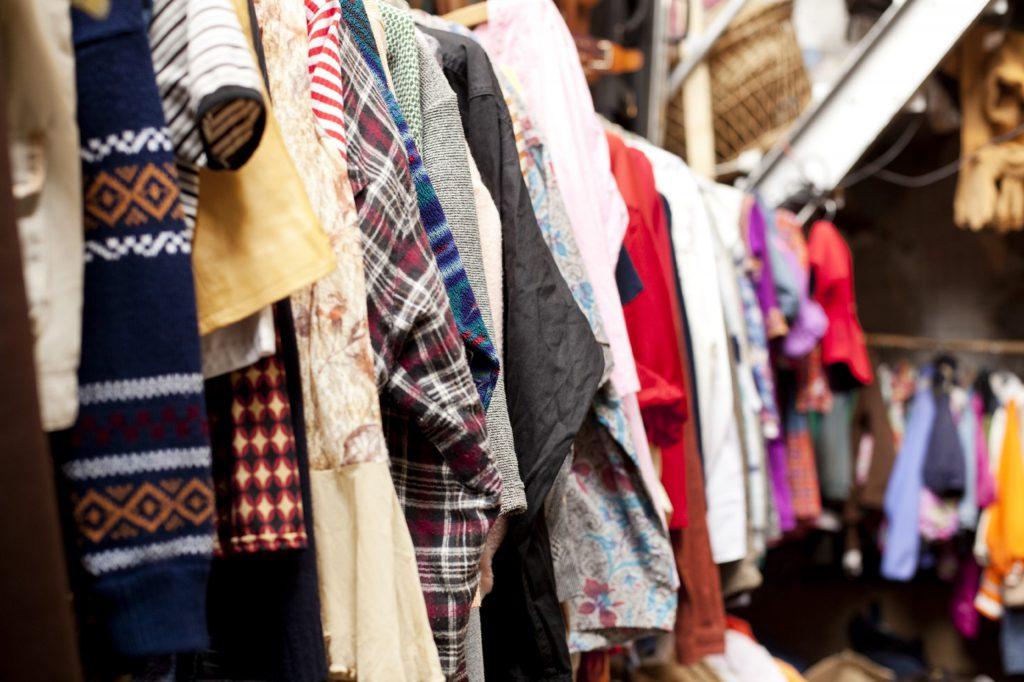 Vender ropa usada para ganar dinero